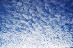Piękny biel chmurnieje na niebieskiego nieba tle zdjęcie stock