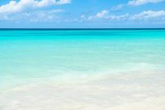 Piękny biel chmurnieje na niebieskim niebie nad spokojnym morzem Zdjęcia Stock