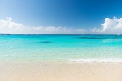 Piękny biel chmurnieje na niebieskim niebie nad spokojnym morzem Obrazy Stock