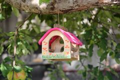 Pi?kny birdhouse na drzewie obrazy royalty free