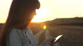 Pi?kny biznesowej kobiety macania ekran smartphone z palcami zmierzch kobiety ?redniorolny dzia?anie z pastylk? wewn?trz zbiory wideo
