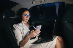 Piękny biznesowej kobiety obsiadanie w tylnym siedzeniu samochód Fotografia Royalty Free