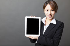 Piękny bizneswoman pokazuje pastylka komputer osobistego Zdjęcie Stock