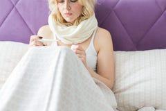 Pi?kny blond kobiety obsiadanie w ? zdjęcie stock