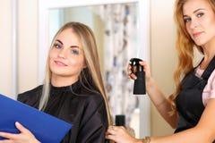 Piękny blondynki kobiety fryzjer Obrazy Royalty Free