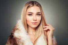 Piękny blondynki kobiety mody model w futerku Zdjęcia Royalty Free