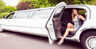 Piękny blondynki kroczenie z limuzyny Zdjęcia Royalty Free