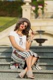 Piękny boho dziewczyny obsiadanie na schodkach Zdjęcia Royalty Free