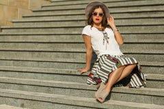 Piękny boho dziewczyny obsiadanie na schodkach Zdjęcie Royalty Free