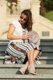 Piękny boho dziewczyny obsiadanie na schodkach Obrazy Royalty Free