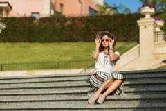 Piękny boho dziewczyny obsiadanie na schodkach Obraz Stock