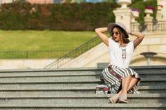 Piękny boho dziewczyny obsiadanie na schodkach Obraz Royalty Free