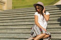 Piękny boho dziewczyny obsiadanie na schodkach Zdjęcie Stock