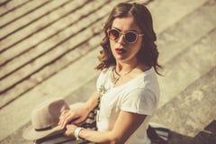 Piękny boho dziewczyny obsiadanie na schodkach Fotografia Stock