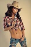Piękny brunetki cowgirl. Zdjęcia Royalty Free