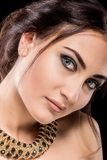 Piękny brunetki dziewczyny portret na ciemnym tle Zdjęcie Royalty Free