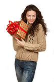 Piękny brunetki mienia prezent Fotografia Stock