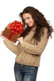 Piękny brunetki mienia prezent Fotografia Royalty Free
