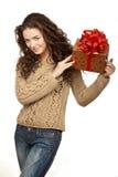 Piękny brunetki mienia prezent Zdjęcia Stock