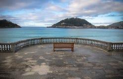 Piękny brzeg widok na wyspie Santa Clara w atlantyckiej oceanu concha zatoce, San Sebastian, baskijski kraj, Spain Zdjęcia Stock