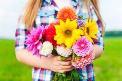 Piękny bukiet jaskrawi i kolorowi kwiaty Zdjęcia Stock