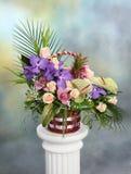 Piękny bukiet jaskrawi kwiaty w koszu fotografia stock