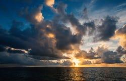 Piękny chmurny niebo przy zmierzchem Obrazy Stock