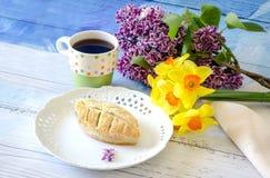 Piękny ciasto i kwiaty dla mamy Zdjęcia Royalty Free