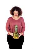 Piękny curvy dziewczyny mienie, ananas i Zdjęcie Stock