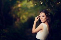 Piękny Czarodziejski Princess dziewczyna w lato fantazi krajobrazie Zdjęcie Stock