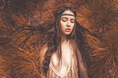 Piękny dama hipis w jedlinowym lesie Zdjęcia Stock