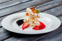 Piękny deser na bielu talerzu Zdjęcie Royalty Free