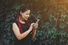 Pi?kny Dojrza?y Azjatycki kobieta model z Smartphone Plenerowym zdjęcia royalty free