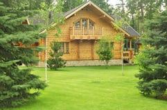 Piękny drewniany dom w lesie Zdjęcia Stock