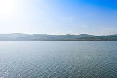 Pi?kny du?y rzeczny Olt z zielonymi wyspami w jaskrawym pogodnym letnim dniu zdjęcie stock