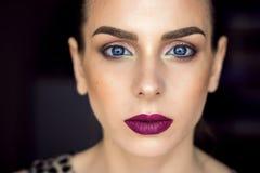 Piękny dziewczyna model, perfect skóra i wino wargi, niebieskie oczy Obrazy Stock