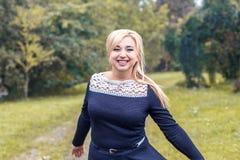 Piękny dziewczyna model w parku, pozuje dla fotografii kamery Zdjęcie Royalty Free