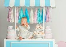 Piękny dziewczynki obsiadanie blisko bajecznie marshmallow domu Fotografia Royalty Free