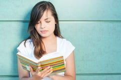 Piękny dziewczyny czytanie od kolorowej agendy lub dzienniczka Zdjęcia Royalty Free