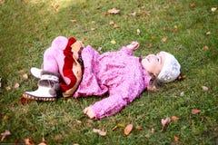 Piękny dziewczyny lying on the beach na trawie w autmn parku Obraz Royalty Free