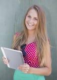 Piękny dziewczyny mienia pastylki komputer Zdjęcie Royalty Free