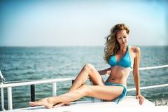 Piękny dziewczyny obsiadanie na jacht desce Obrazy Royalty Free