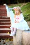 Piękny dziewczyny obsiadanie na schodkach Zdjęcie Stock