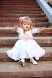 Piękny dziewczyny obsiadanie na schodkach Zdjęcie Royalty Free