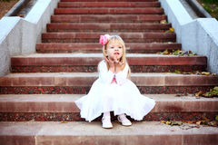 Piękny dziewczyny obsiadanie na schodkach Fotografia Stock