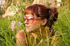 piękny dziewczyny trawy lying on the beach Zdjęcie Stock