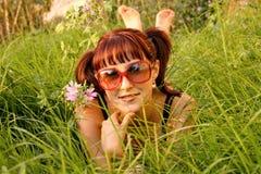 piękny dziewczyny trawy lying on the beach Fotografia Stock