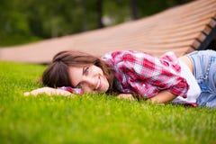 piękny dziewczyny trawy zieleni lying on the beach Fotografia Royalty Free