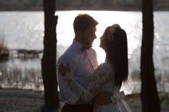Pi?kny, elegancki pary przytulenie blisko rzeki przy zmierzchem pa?stwo m?odzi podziwia each inny, spojrzenie w oczy fotografia stock