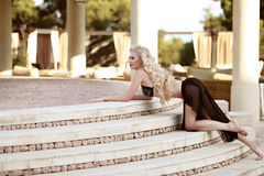 Piękny eleganckiej kobiety model w czarnym bikini pozuje na staircas Obraz Stock